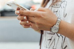homme tenant smartphone dans ses mains